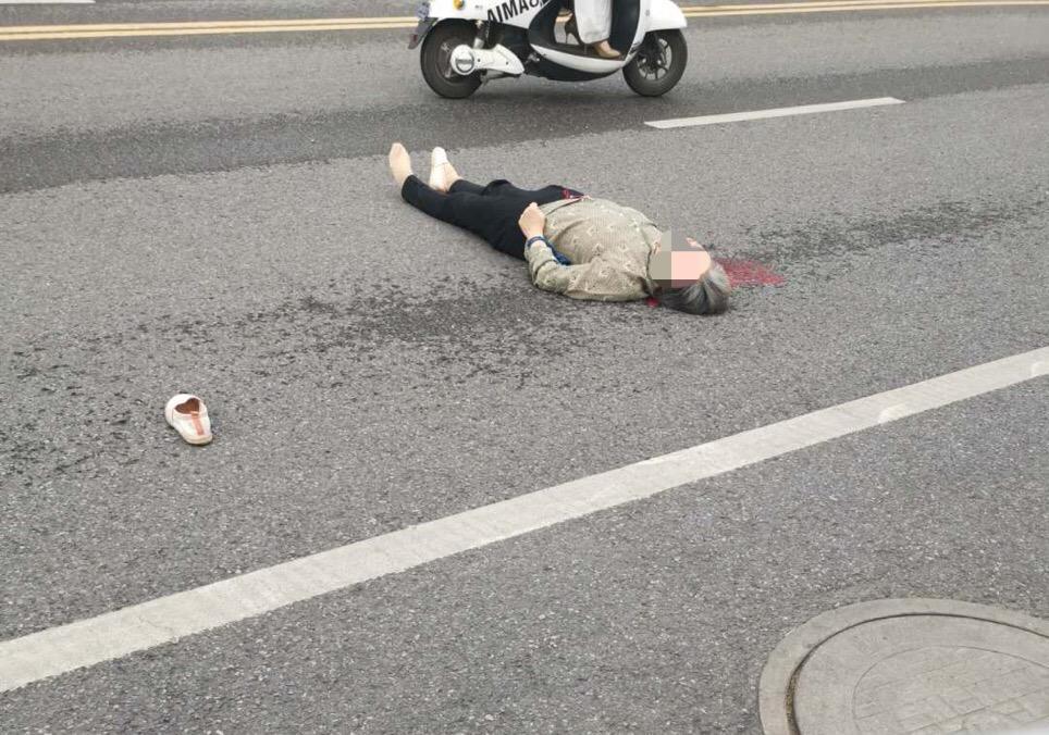 镇江某路段一老太倒在血泊中,网友:估计是老年代步车干的安卓版