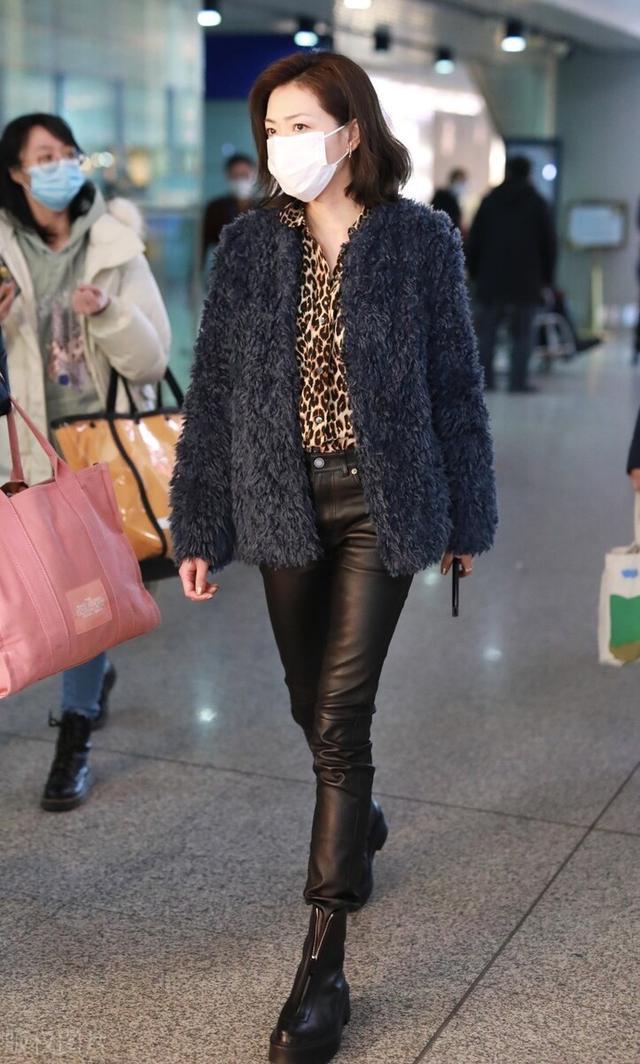 万茜一袭豹纹衬衫搭配毛绒外套现身机场,穿黑色皮裤尽显御姐范插图3