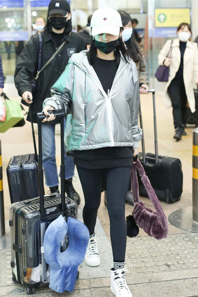 辛芷蕾被嘲变胖后现身机场,主动摘口罩不惧怼脸拍 全球新闻风头榜 第5张
