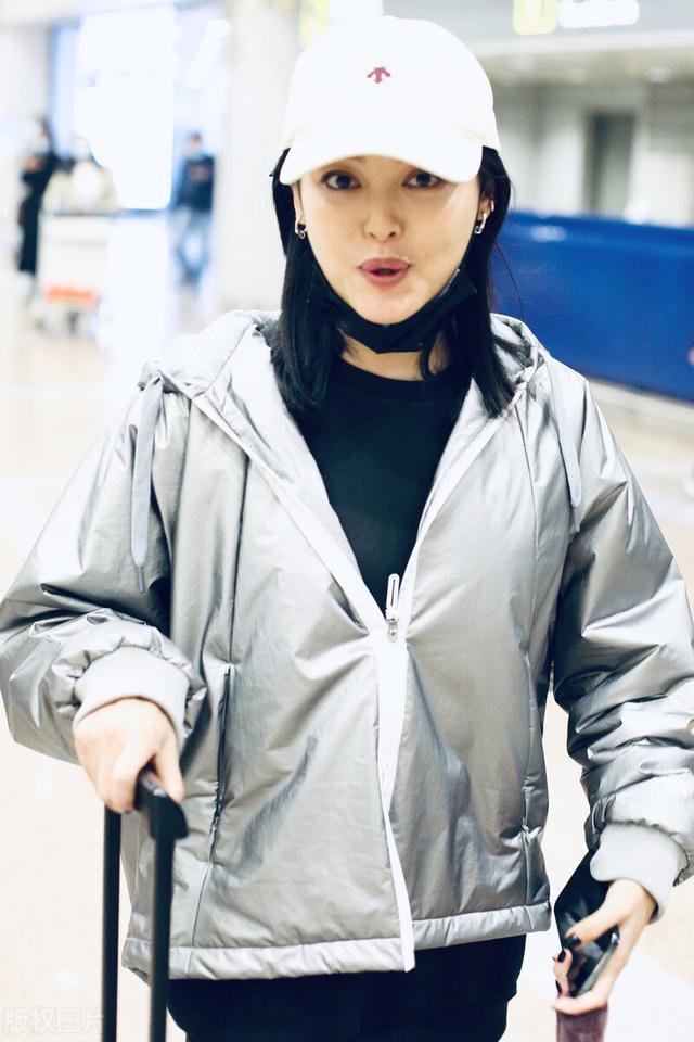 辛芷蕾被嘲变胖后现身机场,主动摘口罩不惧怼脸拍