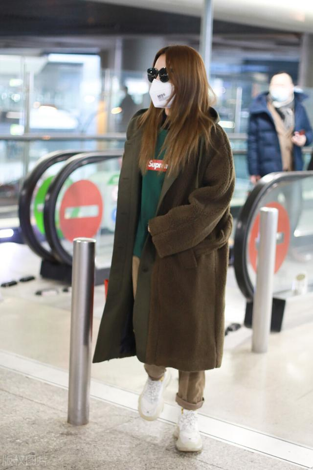 白冰一袭大衣配墨镜气场十足,现身机场满满的都是御姐范插图4