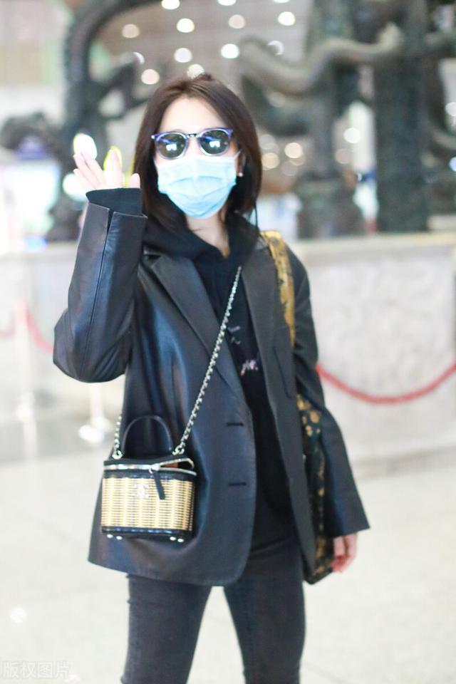 许久未见的熊乃瑾现身机场,一袭黑色穿搭,很有御姐范插图