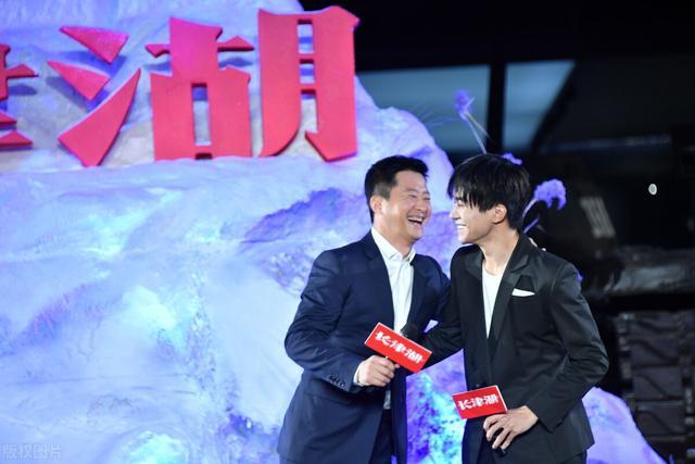 易烊千玺吴京现身电影《长津湖》开机发布会,两人将饰演一对兄弟