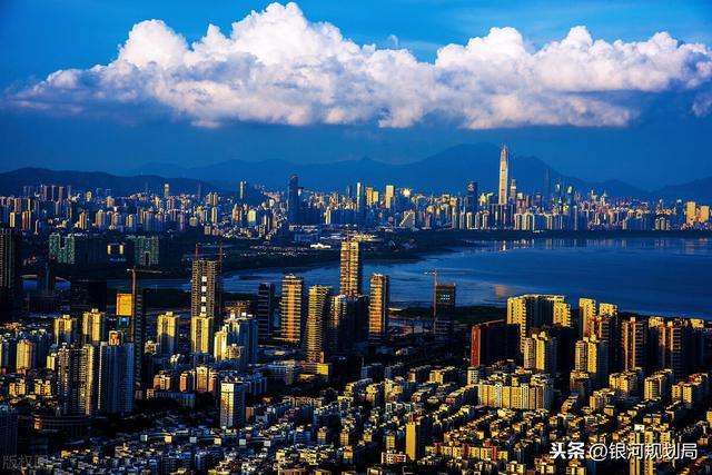 厦门和深圳都是不超过2000平方公里的城市,经济实力相差很多