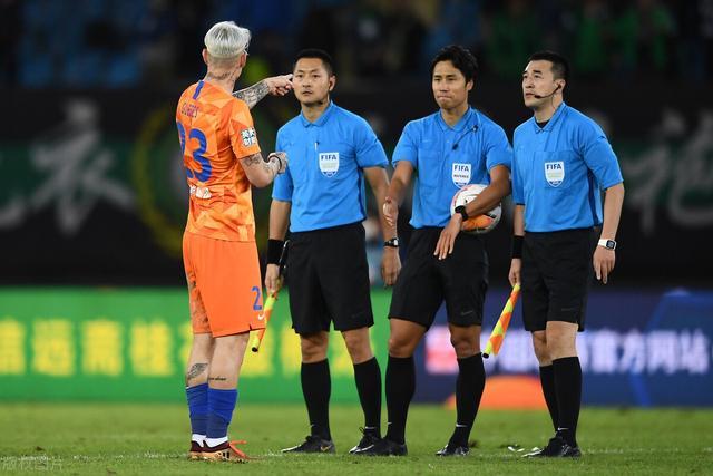 两连击京鲁对决,裁判员的处罚让山东鲁能足球运动员均在比赛之后