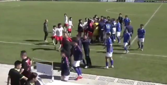 太狠了!中国足坛惊现暴力飞铲,引发数十人群殴,从场内打到场外 全球新闻风头榜 第5张