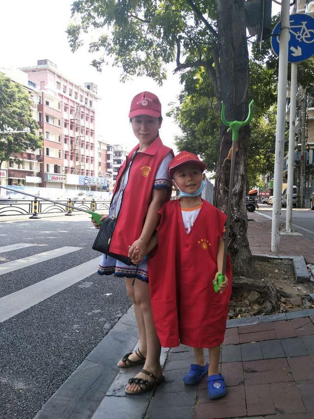 宜昌街头感人一幕:身怀六甲女,带儿子做公益,善良从胎教开始