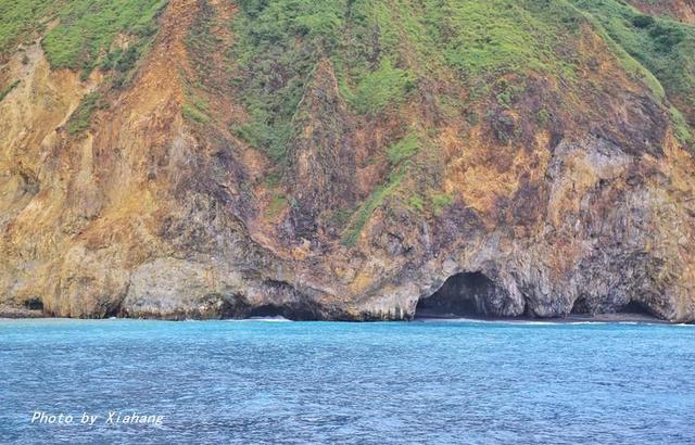世界造型最酷的海島之一,看海豚大軍舞動海上「芭蕾」