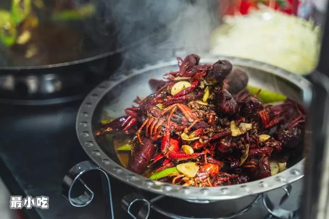 你爱小龙虾照样水煮鱼?平顶山这家神奇串店,嗑虾撸串还能K歌?插图11