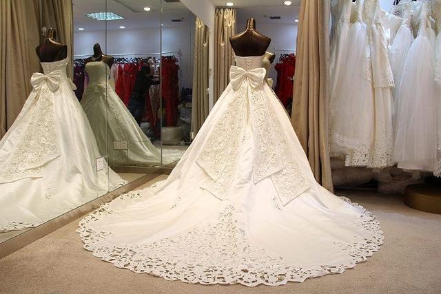 披上婚纱是每个女孩子的公主梦,穿越历史探索洁白婚纱的诞生发展-第1张