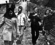 """1971年中国和美国两国兵乓球对互访,中国用""""小球转动地球""""用""""乒乓外交""""缓和了当时的中美关系,令世界为之震动,乒乓球运动一下子风靡全球。  1971年4月10日,当时正在参加在日本名古屋举行的第三十"""