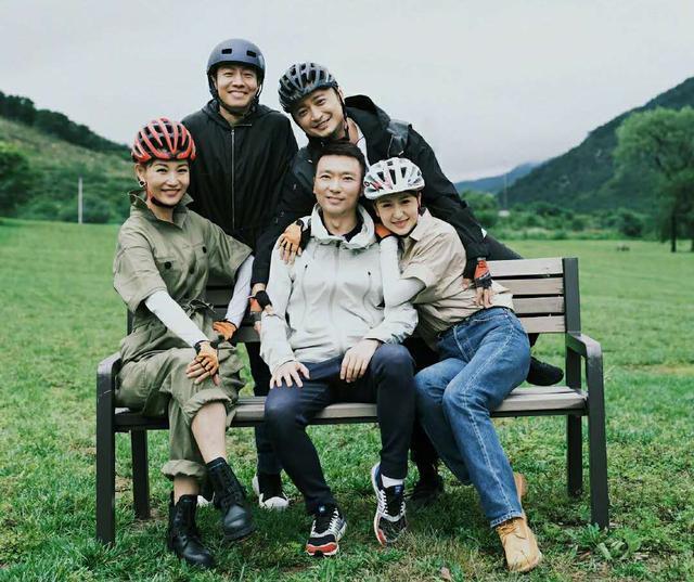 央视主持团晒骑行照,张蕾紧搂康辉被批不合适,被网友误认为夫妻