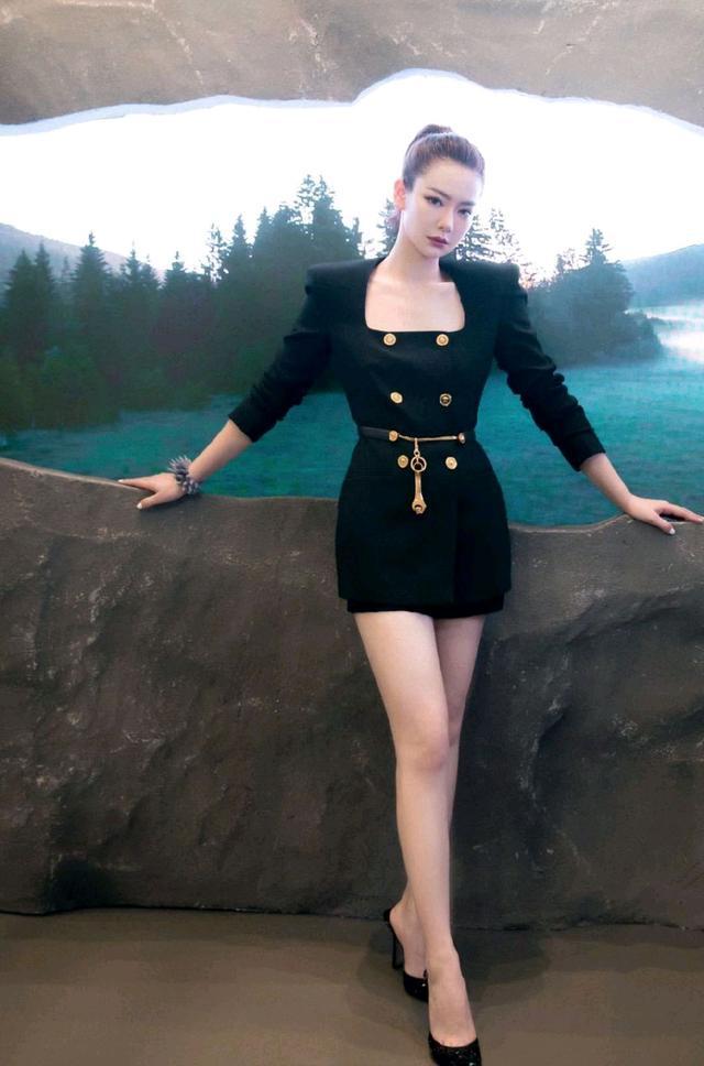 初秋怎么穿才精致?黑色西装裙配白色衬衫,干练又不乏时尚感-第13张
