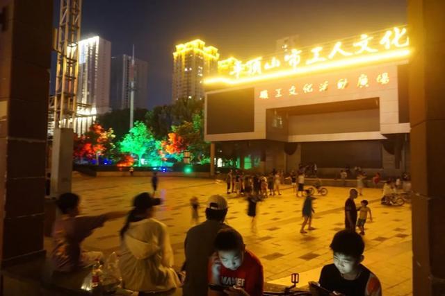 「游园夜景醉游人」晚上8点以后的工人文化宫,美爆了插图10