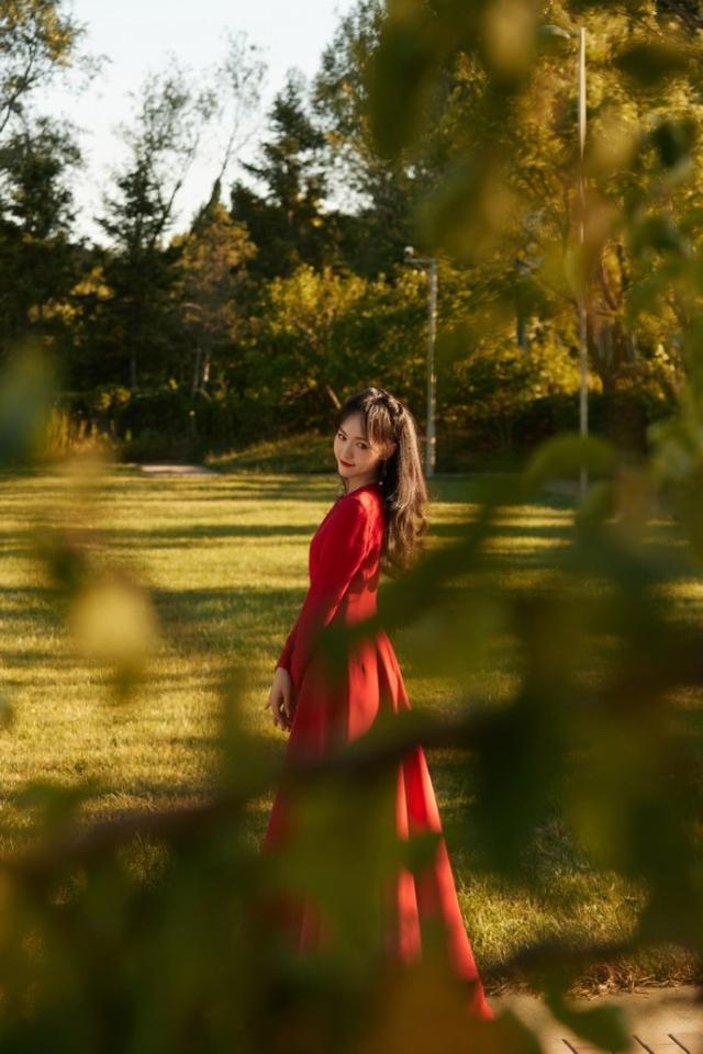 唐嫣国庆晚会高清照曝光,穿束腰红裙勾勒曼妙身姿,展甜笑超治愈-第3张