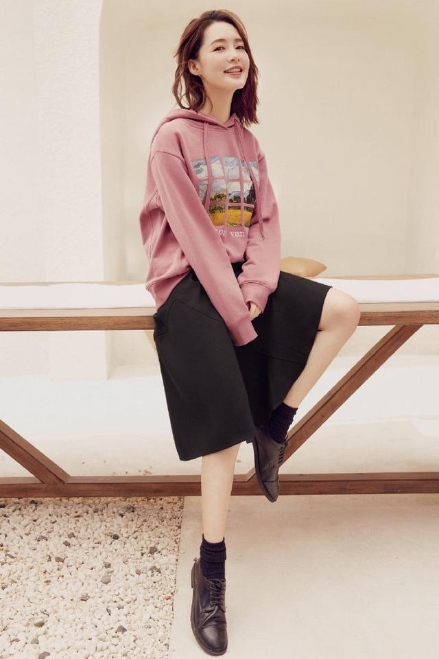让李沁、赵丽颖爱不释手的单品,一件卫衣轻松get今年流行趋势-第3张