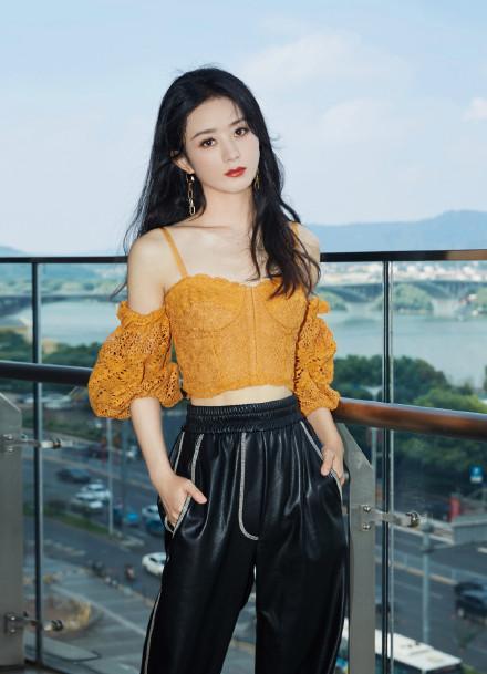 名门泽佳:赵丽颖拍写真秀身材!橙色吊带搭黑色皮裤效果甜酷范十足