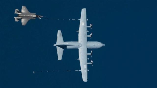 美军F-35B与KC-130J意外碰撞后坠毁 飞行员跳伞逃生-第1张