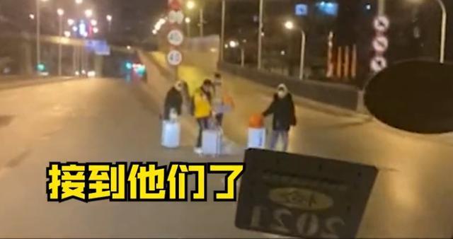 石家庄多名大学生因疫情被困街头,志愿者深夜开车帮孩子们找宾馆 全球新闻风头榜 第1张
