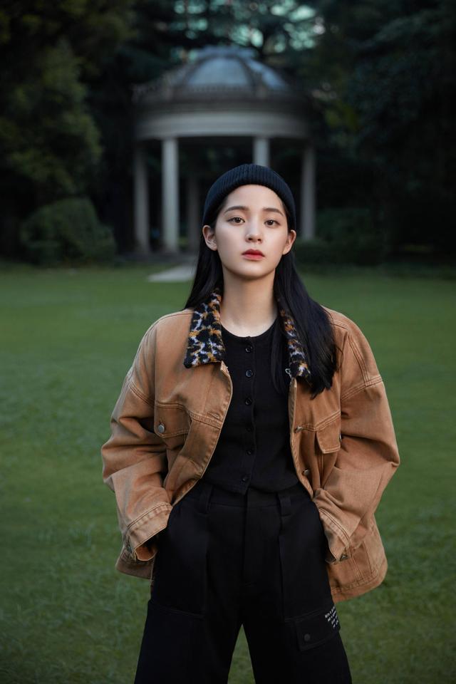 欧阳娜娜解锁新穿搭,棕色毛衣搭配黑色短裤,她对时尚是真爱-第4张