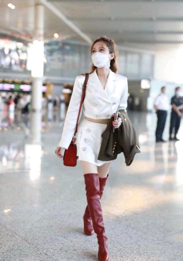 初秋怎么穿才精致?黑色西装裙配白色衬衫,干练又不乏时尚感-第10张