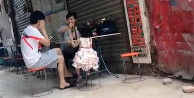 影帝王大治被偶遇,坐街头吃饭环境简陋太唏嘘,身边人疑是其妻女【www.smxdc.net】