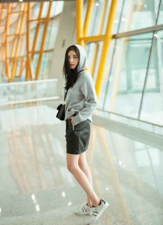 卫衣下面一定不要穿裤子,看看杨幂迪丽热巴,这样穿是有多美-第2张