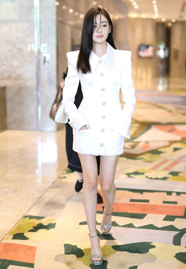 初秋怎么穿才精致?黑色西装裙配白色衬衫,干练又不乏时尚感-第14张