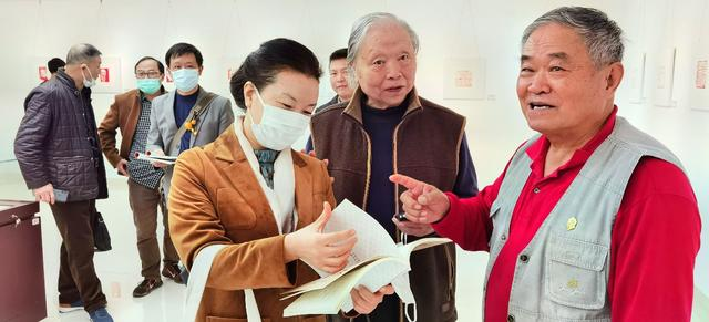 """厅官退休当""""石匠"""",17年篆刻作品1500件,男儿80一枝花"""