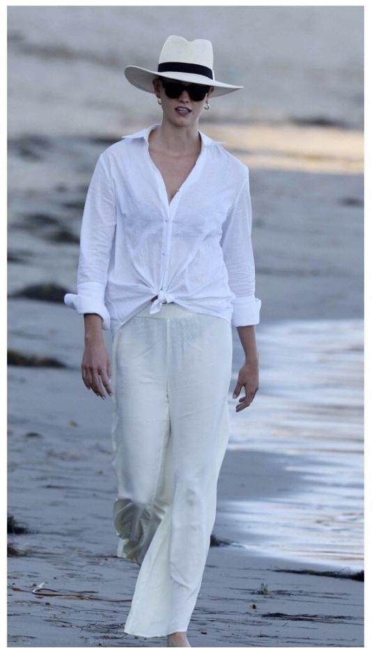 性感小KK又改风格了?纯白深V短裙好身材一览无余,反差感太强-第5张