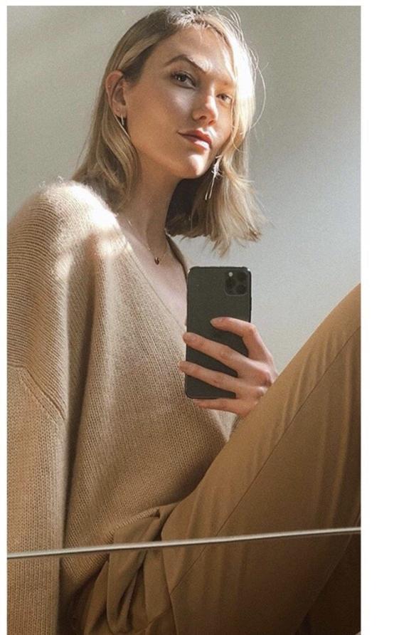 性感小KK又改风格了?纯白深V短裙好身材一览无余,反差感太强-第1张