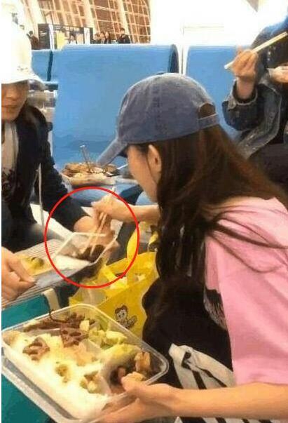 娱乐圈最接地气的女星,机场蹲地啃鸭脖,吃相太差无人认出