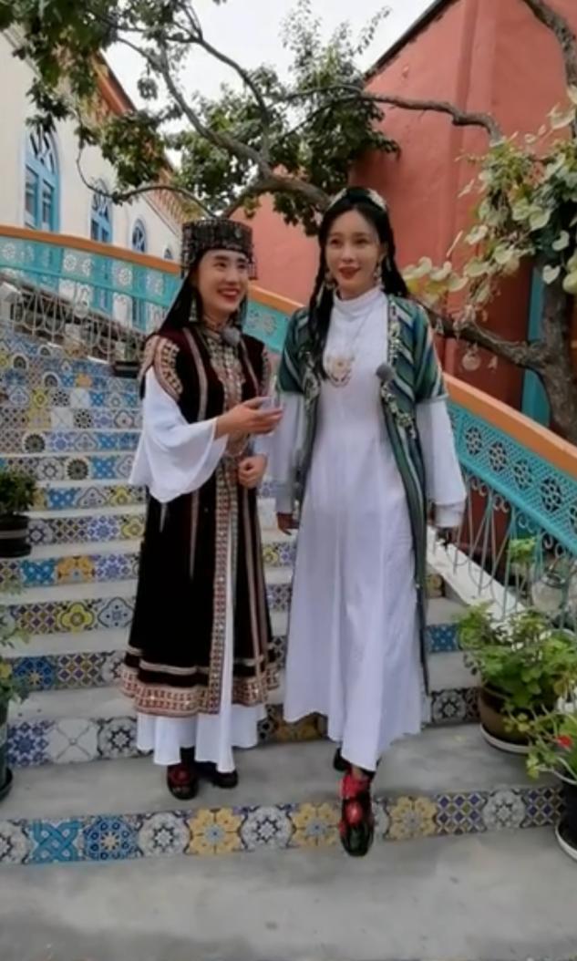49岁李亚鹏穿金丝长袍,被赞贵族气质!撒贝宁自嘲只配给他牵马【www.smxdc.net】