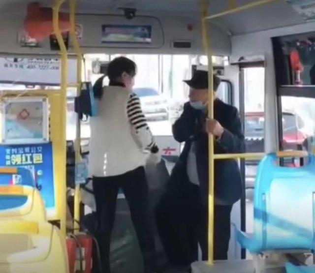 河南焦作一公交司机怒吼拒绝老人上车:看你臭得很 公交公司回应 全球新闻风头榜 第1张