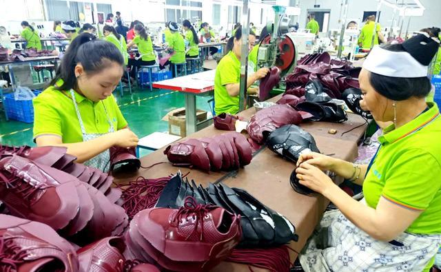 鞋子加工厂生产现场图