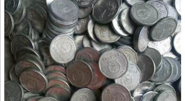 一女子6000多元的离职赔偿金  全是硬币 公司用三轮车拉两个桶盛放 就是让其不痛快【www.smxdc.net】