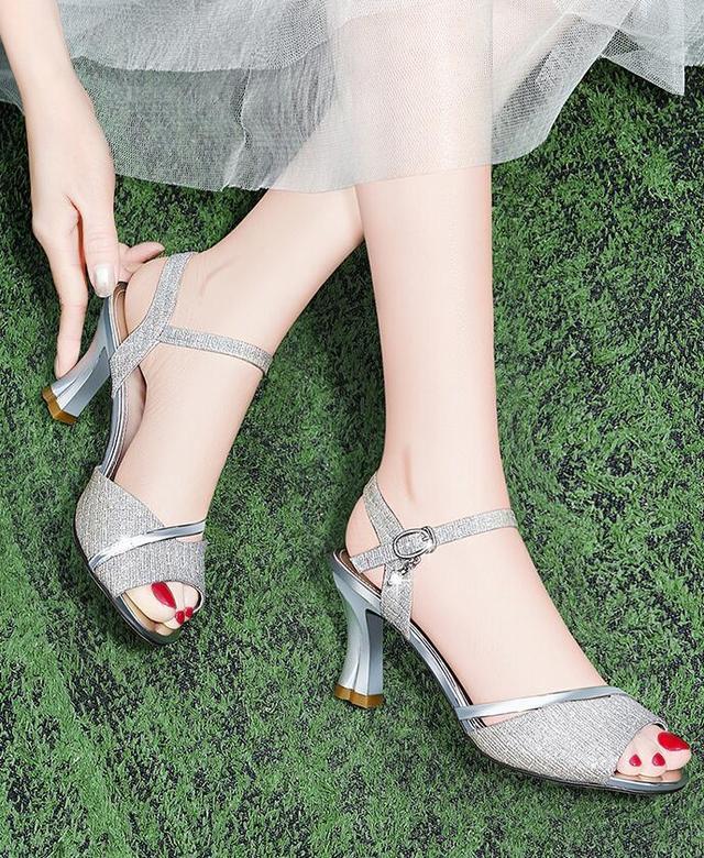 一字带凉鞋什么颜色好看 夏日百搭流行色在这里-第5张
