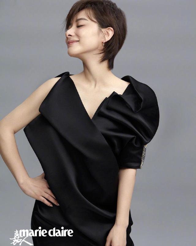 41岁挺孕肚倒立一字马,体操皇后刘璇穿红丝绒西装,逆袭成女王-第6张