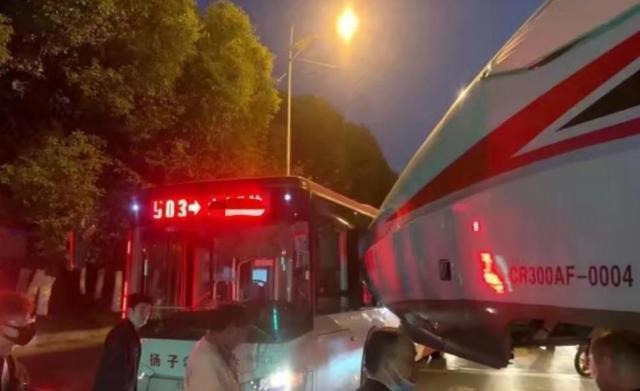 南京一辆公交车与转运中复兴号发生碰擦事故 无人员伤亡 全球新闻风头榜 第1张