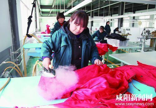 群众在生产线进行服装加工