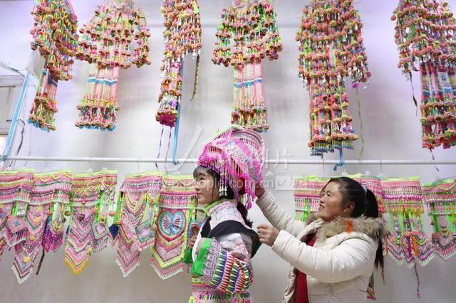 """贵州毕节:家庭""""微""""工厂托起民族服装创业梦"""