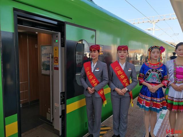 """""""绿巨人""""发车啦!攀枝花至昆明首趟动车开行 乘客:买到站票也高兴"""