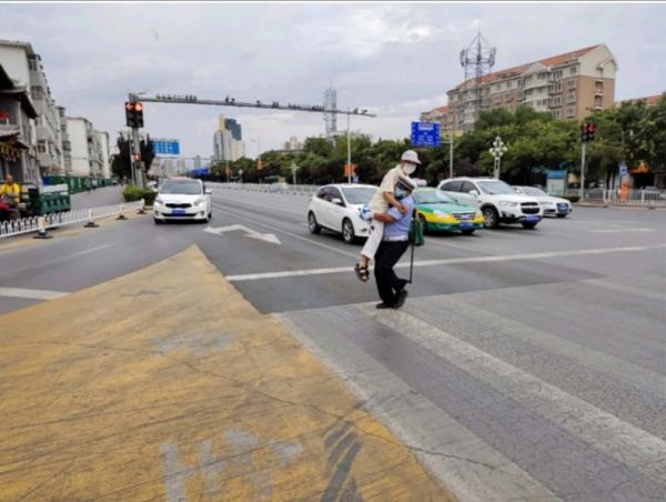 暖心一幕!银川一老人被交警抱过马路,网友拍了下来