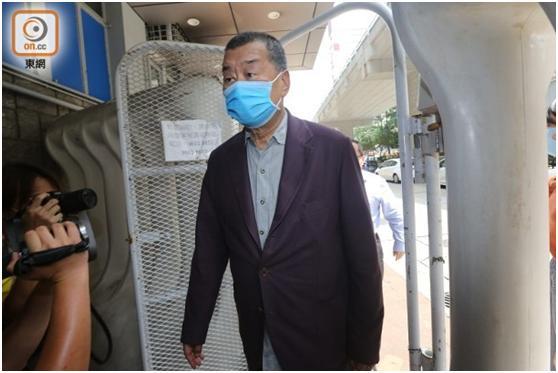 刚刚,黎智英到旺角警署向警方报到,其次子黎耀恩已报到完毕www.smxdc.net