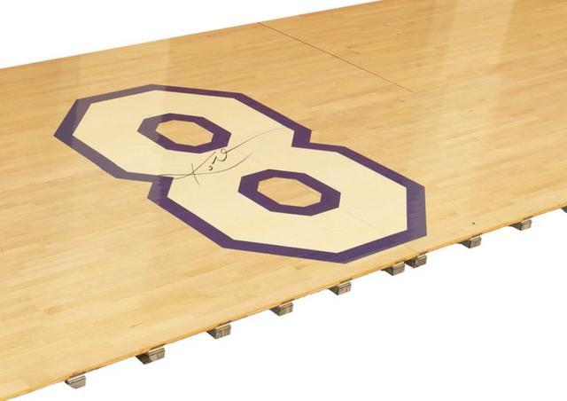 科比退役战签名地板拍卖价格已经涨到25.2万美元-第2张