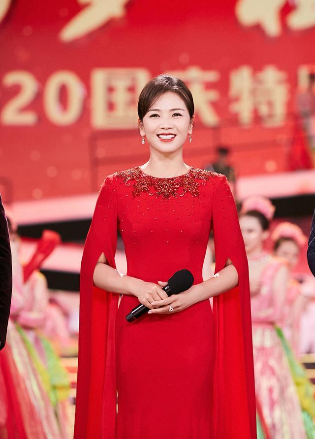 刘涛搭档康辉跨界主持台风好 穿红色长裙温婉端庄有气场-第1张