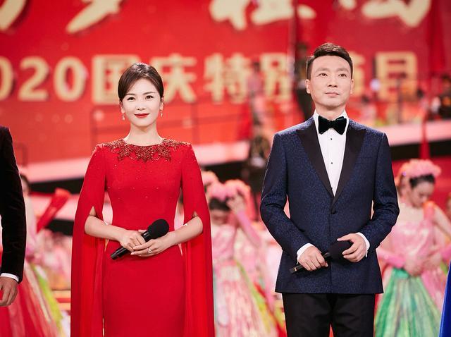 刘涛搭档康辉跨界主持台风好 穿红色长裙温婉端庄有气场-第2张