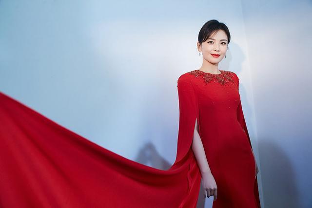 刘涛搭档康辉跨界主持台风好 穿红色长裙温婉端庄有气场-第4张