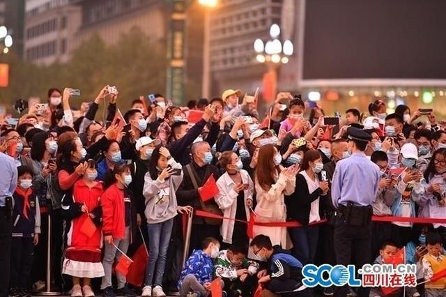 成都天府广场:升国旗迎国庆,上万群众观看-第1张