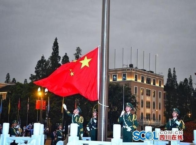 成都天府广场:升国旗迎国庆,上万群众观看-第5张